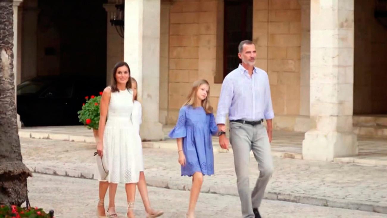 Los reyes y sus hijas llegan a Palma y se trasladan al Palacio de Marivent