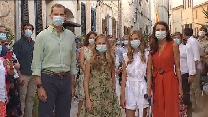 La infanta Sofía aparece en Baleares con muleta tras golpearse una rodilla