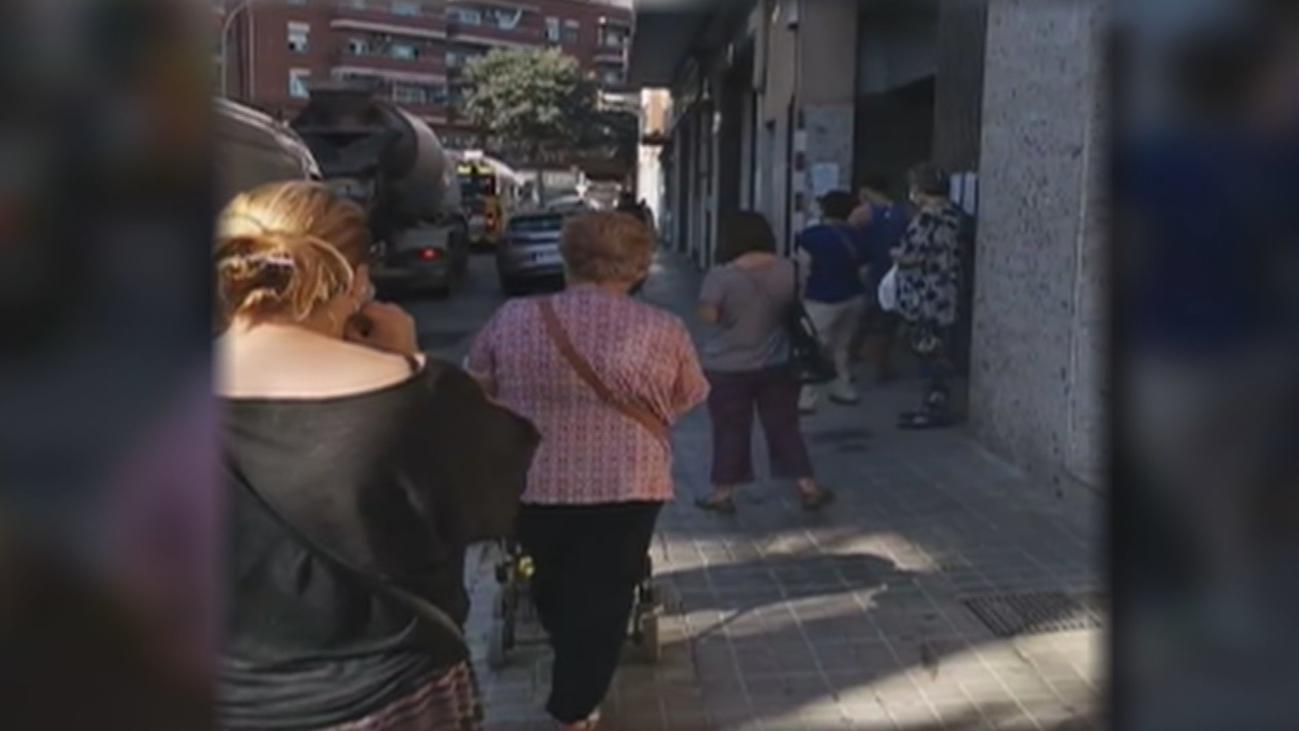 Largas colas en las oficinas de Correos de Madrid, con esperas de más de dos horas