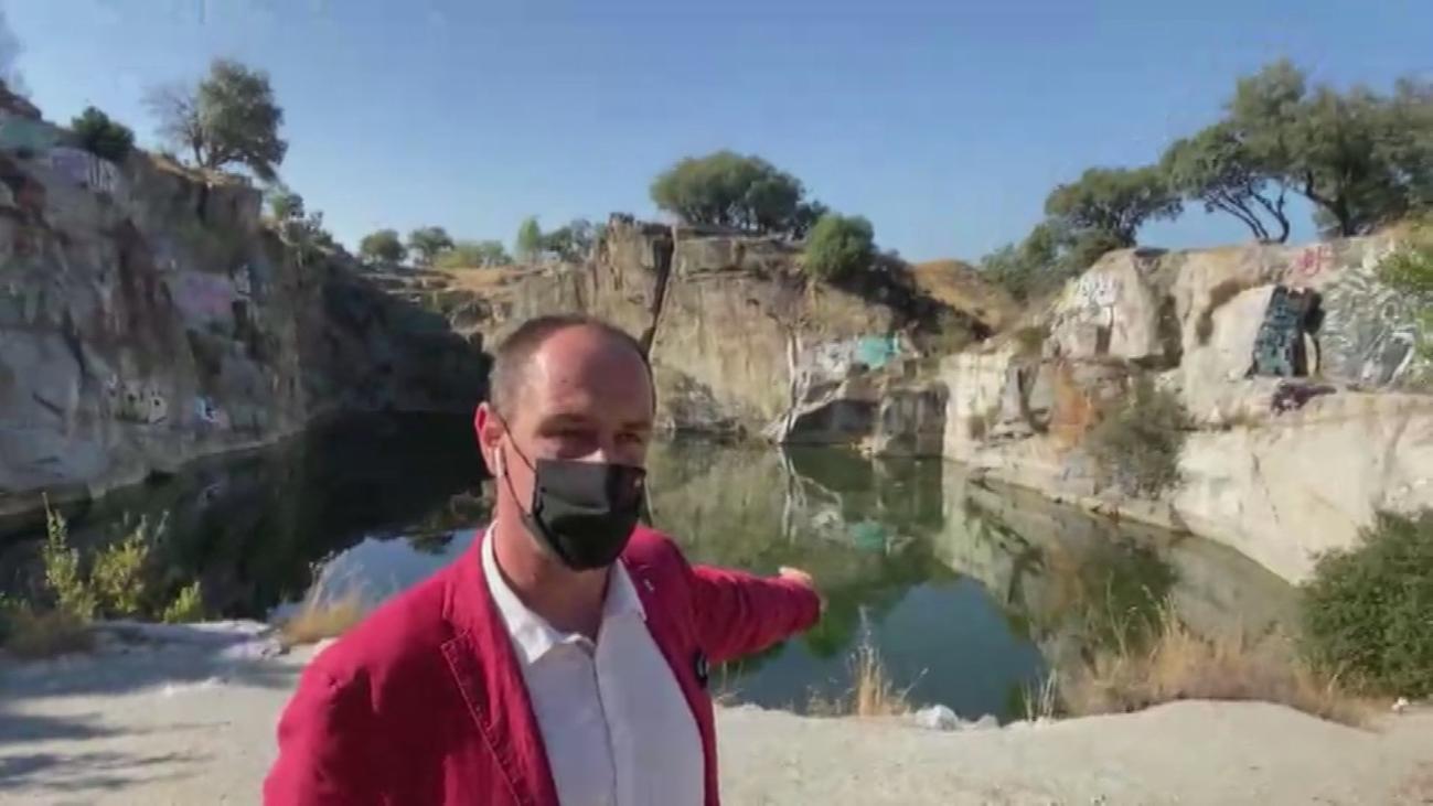 Un peligroso salto de 5 metros con puntales y piedras de granito: así es el baño en la cantera de Alpedrete