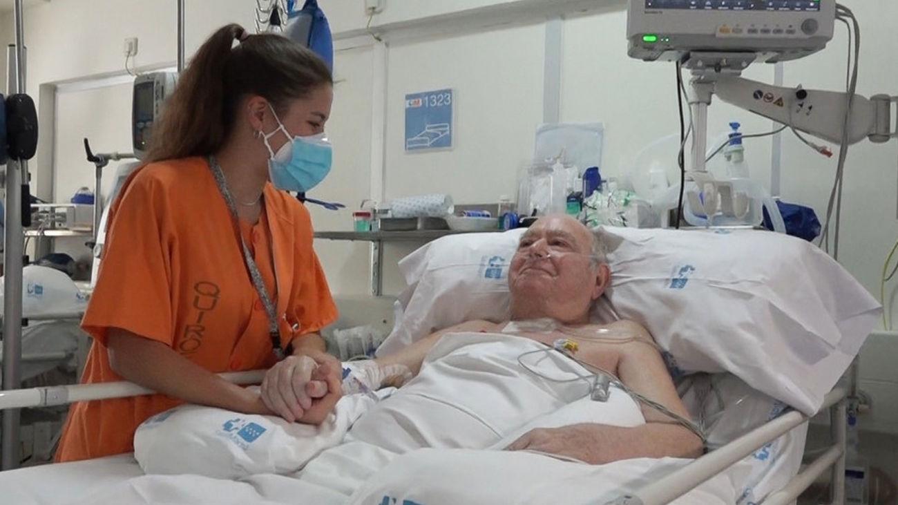 Imagen de Pedro, el paciente con Covid-19 que más tiempo ha estado en la UCI, junto a una enfermera del Hospital Gregorio Marañón