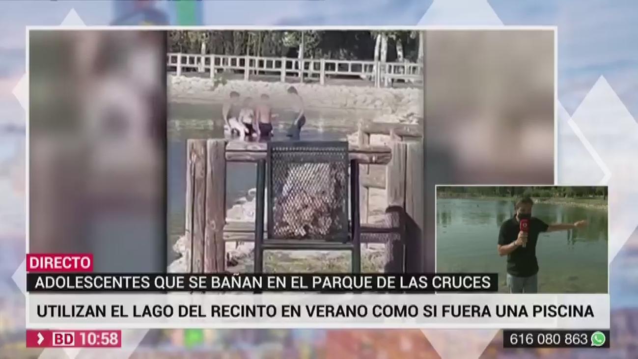 Chavales convierten el lago del parque de la Cruces de Carabanchel en su  piscina