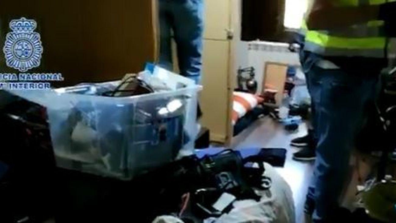Agentes de la Policía Nacional registran una vivienda en Benidorm