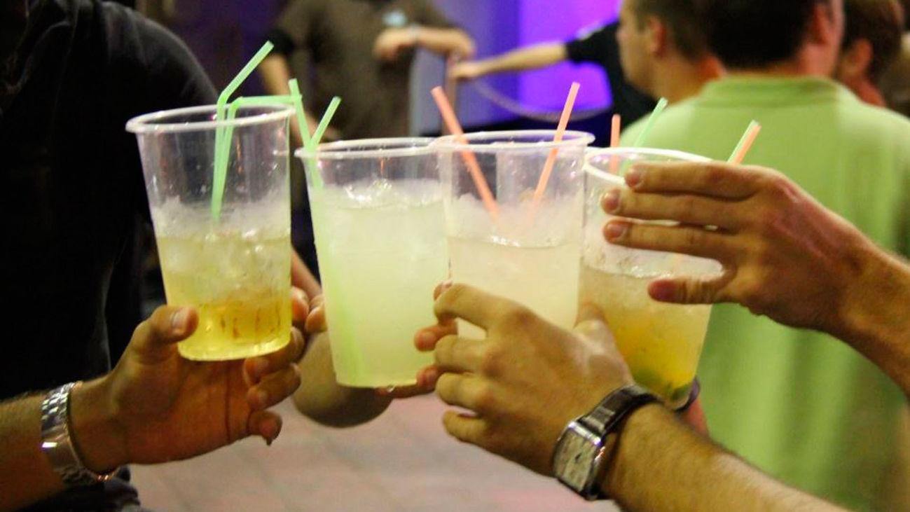 Un grupo de amigos brinda en una discoteca
