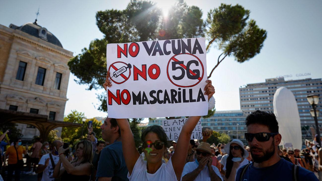 Manifestantes contra el uso obligatorio de mascarillas en la plaza de Colón de Madrid