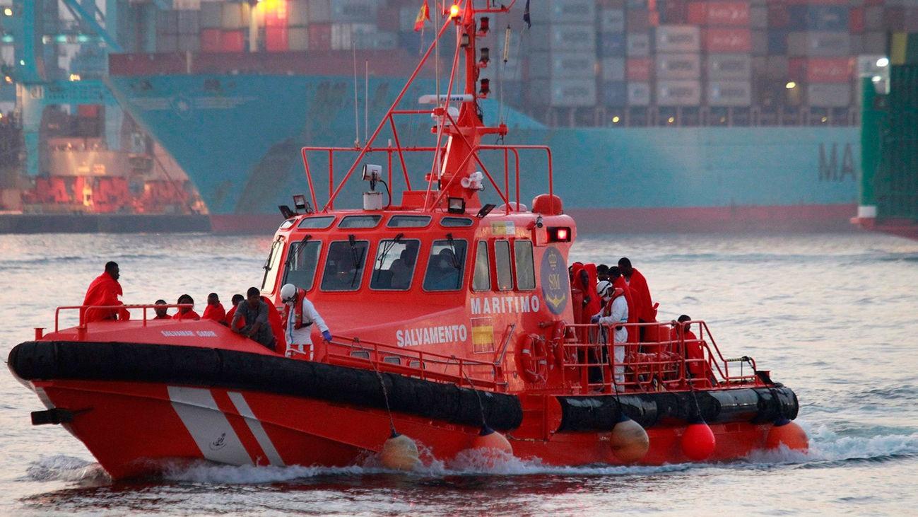 Una embarcación de Salvamento Marítimo rescata a un grupo de migrantes (Archivo)
