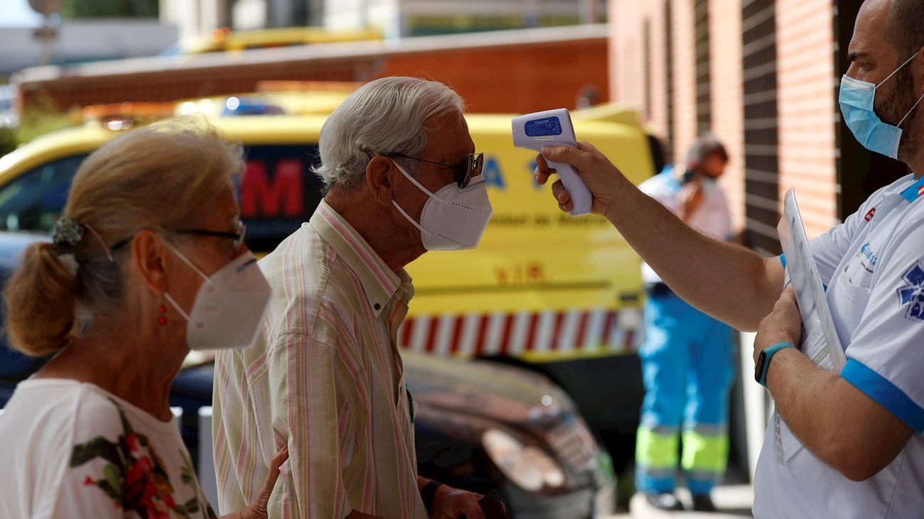Toma de temperatura en un hospital madrileño