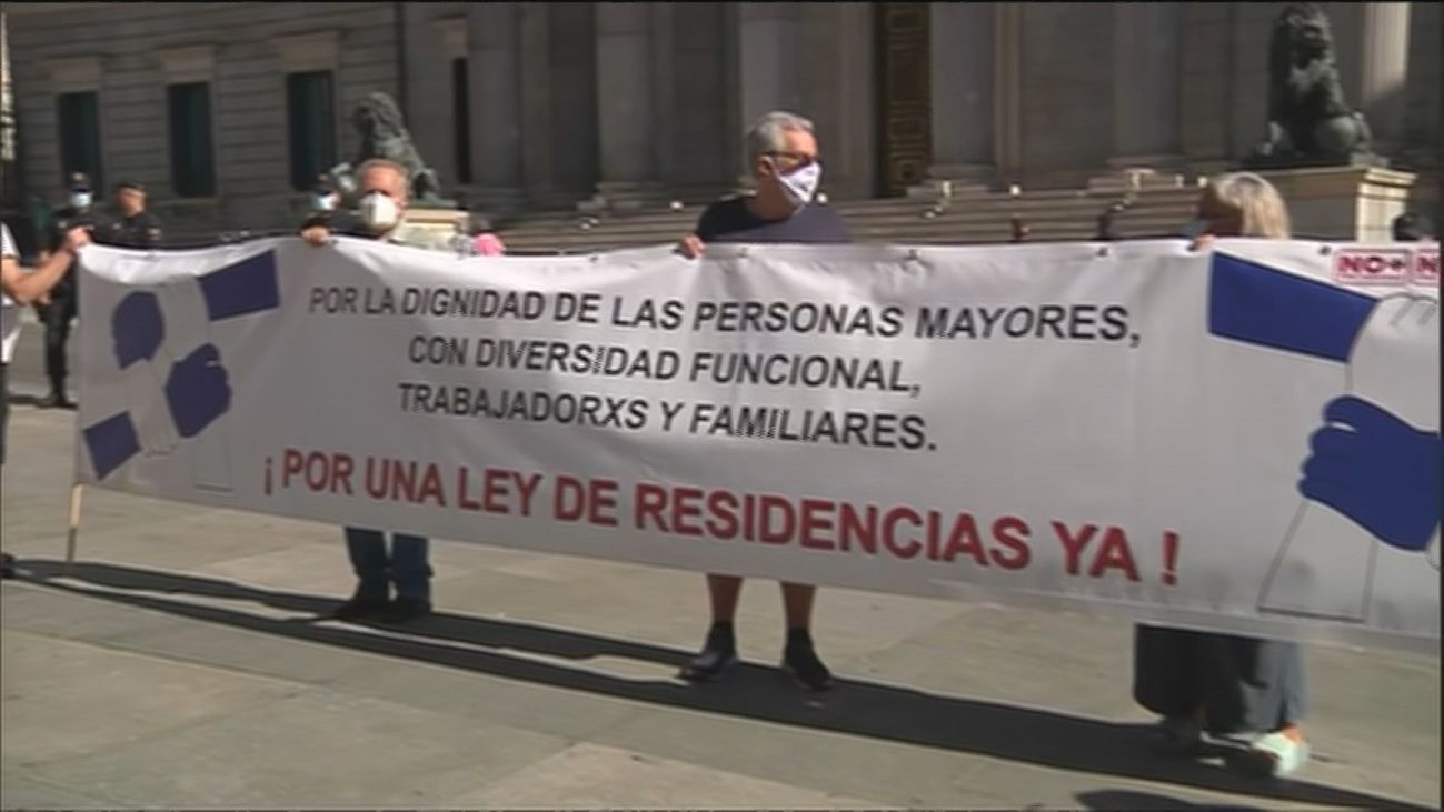 Familiares de residentes piden en una marcha que se anule el plazo de 45 días para el reingreso