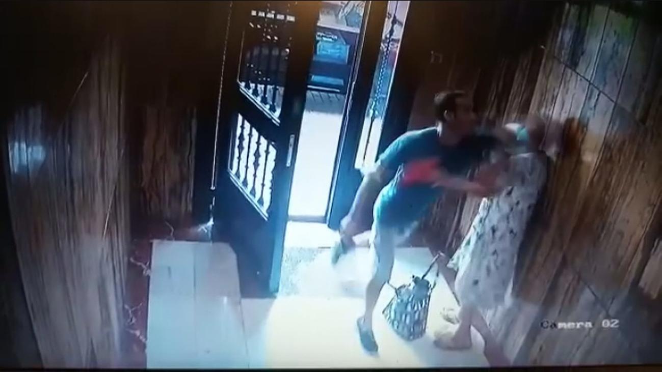 Brutal agresión a una anciana en Valencia para robarle en su portal