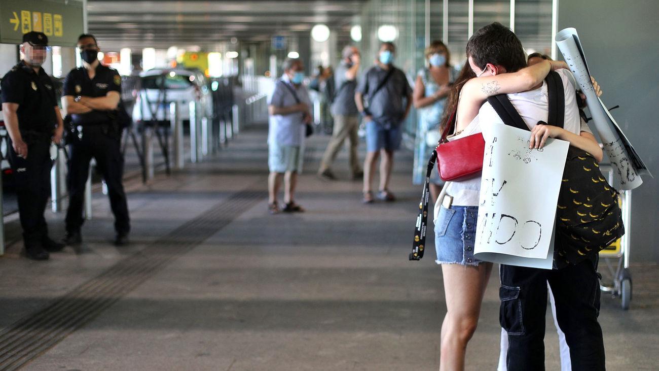 Una pareja se reencuentra en el Aeropuerto de Madrid-Barajas, tras el confinamiento por la pandemia del coronavirus