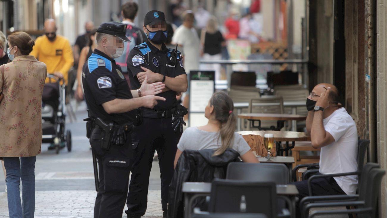Policías vigiñan en Madrid que se respeten las nuevas normativas anticovid