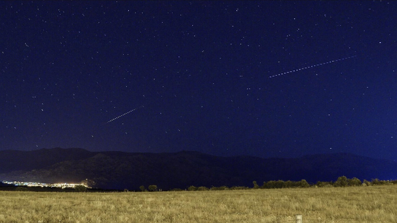 Estrellas fugaces sobre el cielo nocturno de Manzanares el Real