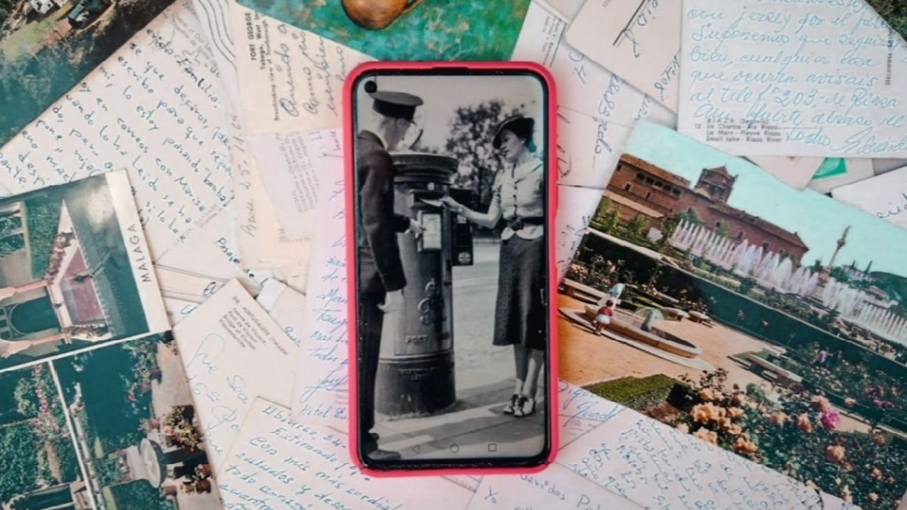Postales antiguas y teléfono móvil; la forma de comunicarse ha cambiado