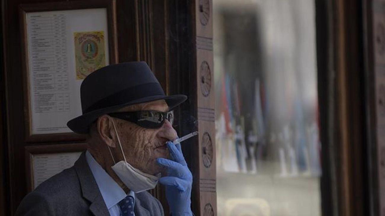Un juez anula en Madrid la orden de fumar en la calle sin distancia