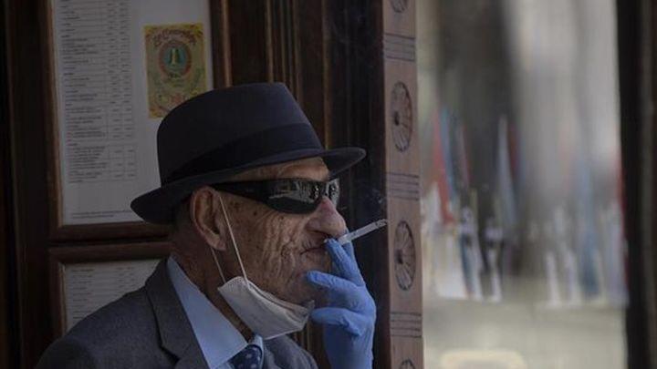 Un juez anula la orden de la Comunidad  de Madrid que prohíbe fumar en la calle sin distancia