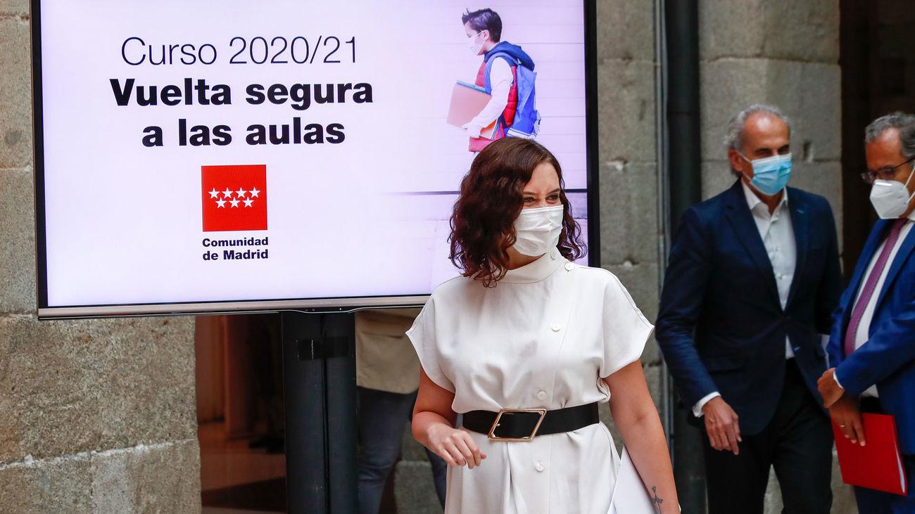 La presidenta de la Comunidad de Madrid, Isabel Díaz Ayuso, acompañada por el consejero de Sanidad, Enrique Ruiz Escudero y el consejero de Educación y Juventud, Enrique Ossorio, en la presentación de la estrategia del Gobierno regional para la vuelta a las aulas