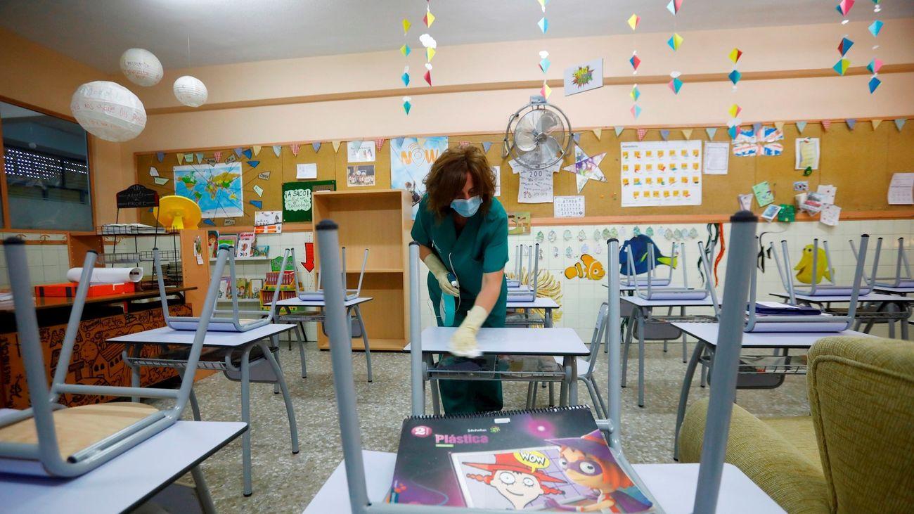 Limpieza del aula de un colegio