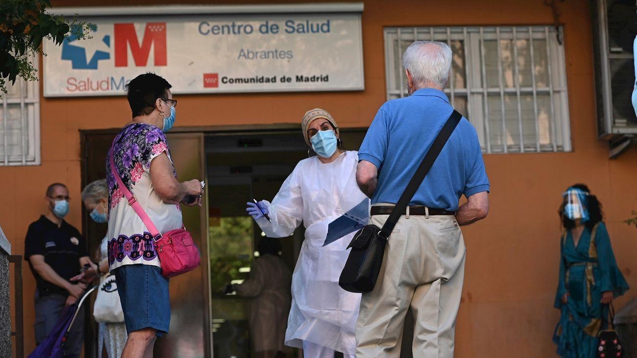 Varias personas esperan su turno para las pruebas aleatorias de PCR en el Centro de Salud Abrantes en el distrito de Carabanchel en Madrid