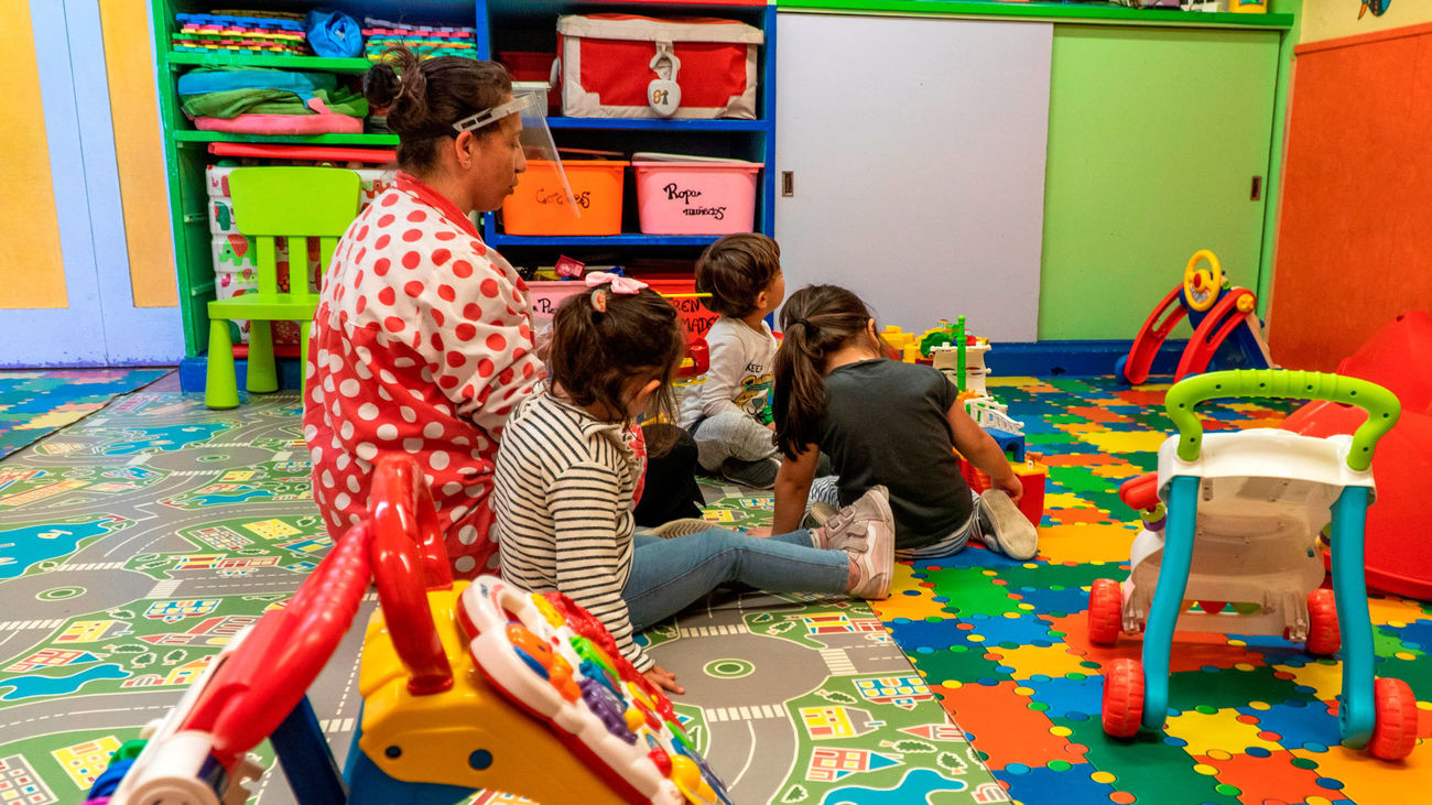 Un grupo de alumnos con su profesora en una guardería