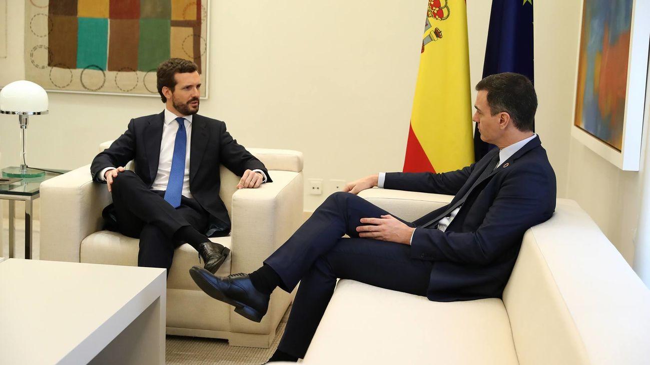 Pablo Casado y Pedro Sánchez en un encuentro en La Moncloa