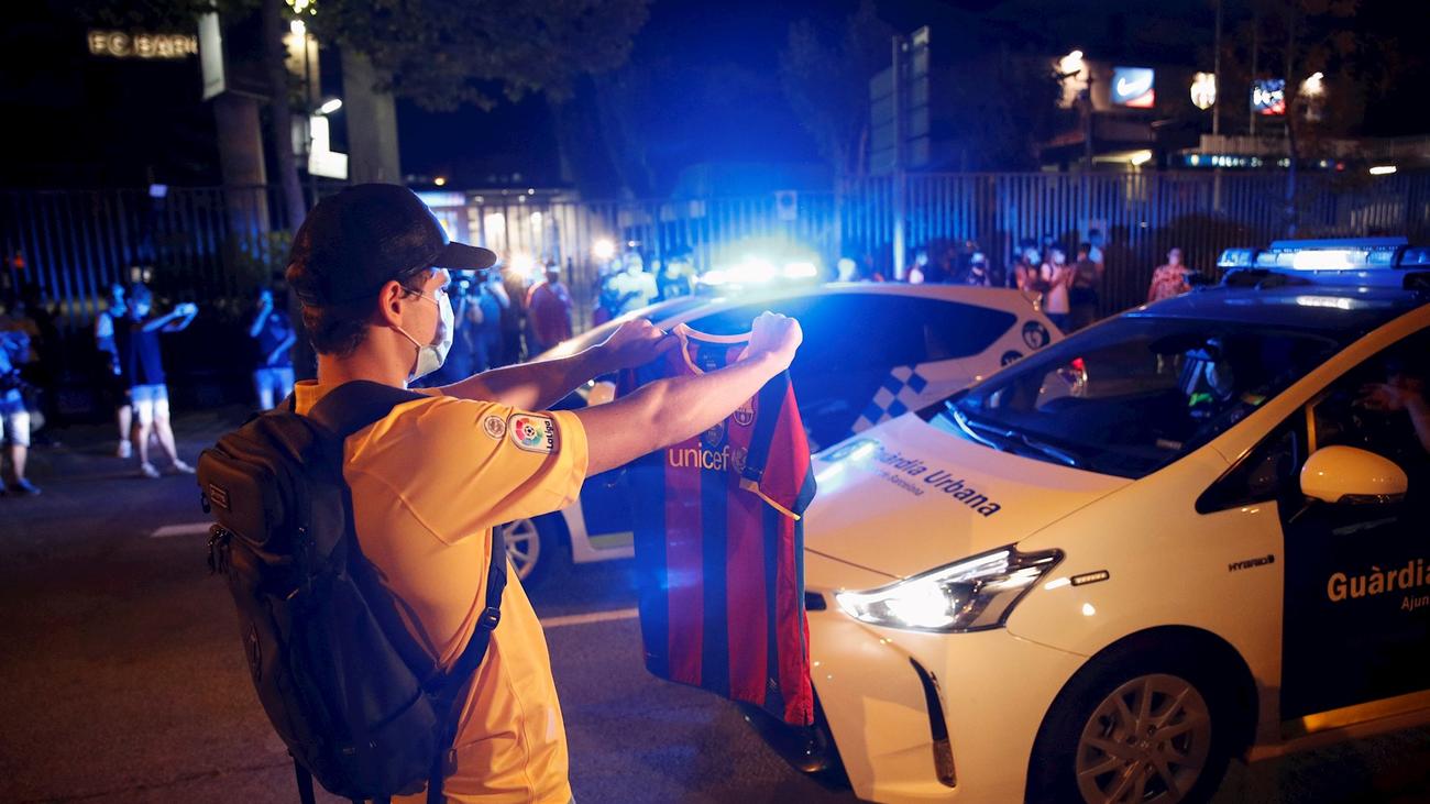 Decenas de aficionados del Barça protestan frente al Camp Nou por la salida de Messi