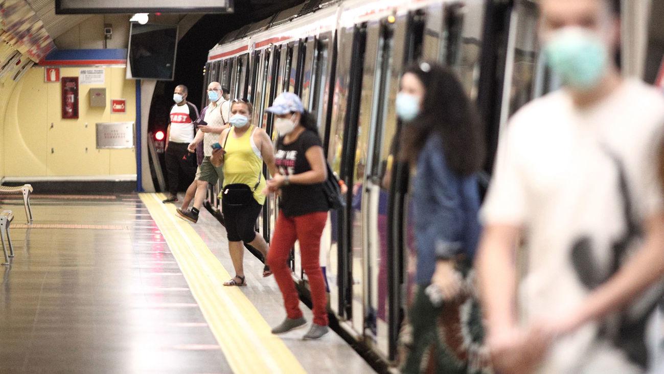 Viajeros bajan de un tren en un andén de Metro de Madrid