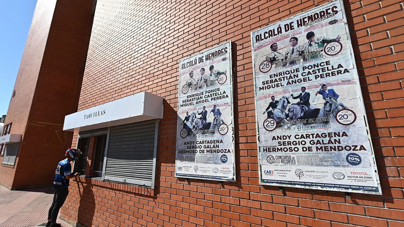 Un hombre compra entradas en la taquilla de la plaza de toros de Alcalá de Henares