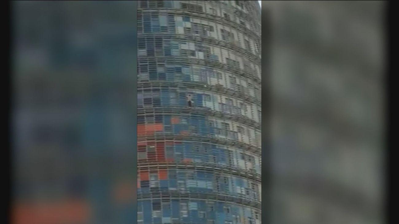Un escalador se sube a la torre Agbar de Barcelona sin ninguna protección