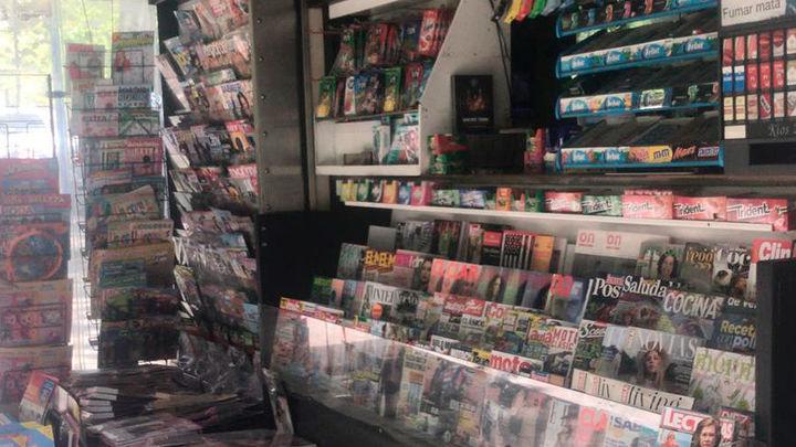 Los quioscos de prensa de Madrid podrán vender títulos de transporte, pilas o tarjetas de memoria