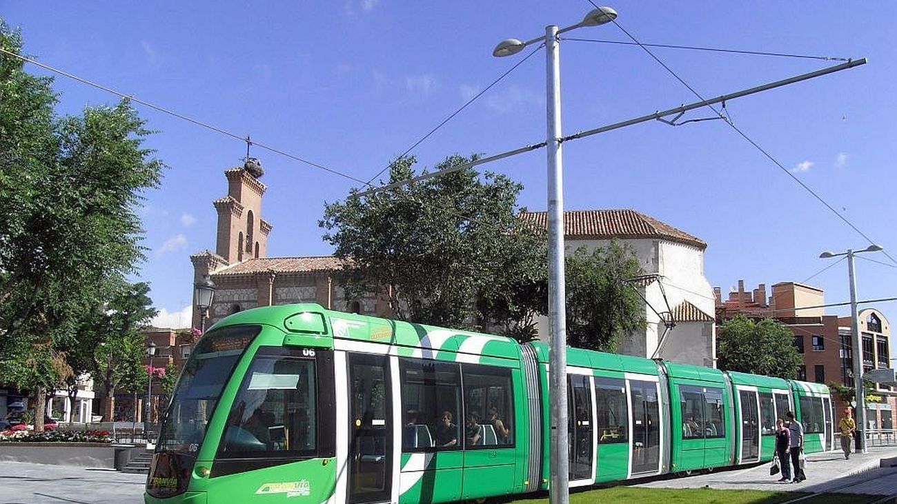 El tranvía de Parla a su paso por la localidad