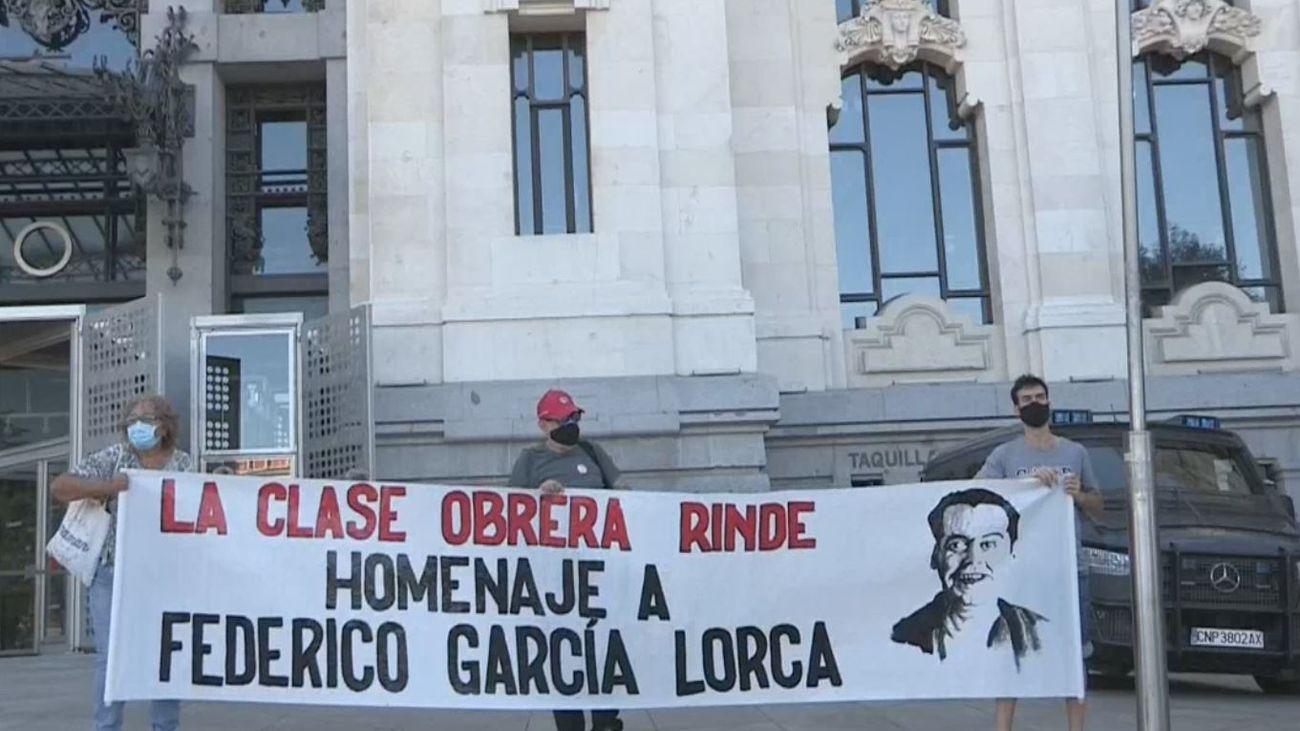 Protesta frente al Ayuntamiento por la prohibición de homenajear a Lorca