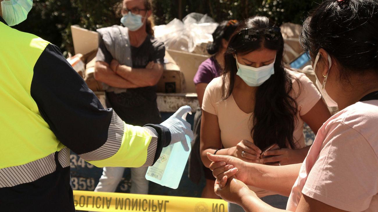 Un grupo de personas se prepara para la prueba PCR en Puente de Vallecas