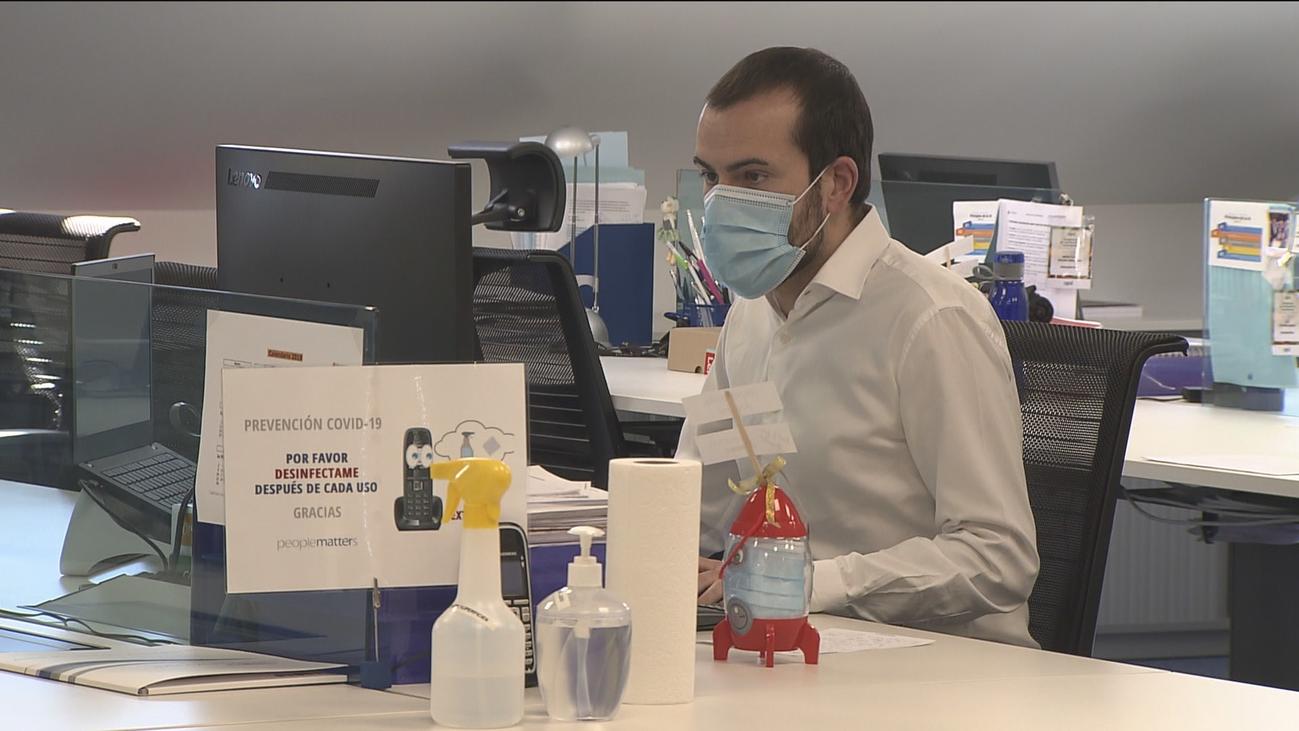 Las oficinas afrontan la vuelta al trabajo con medidas de protección frente al coronavirus