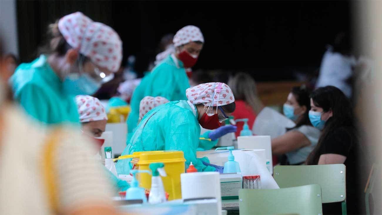 Personal sanitario realiza test de anticuerpos a profesores