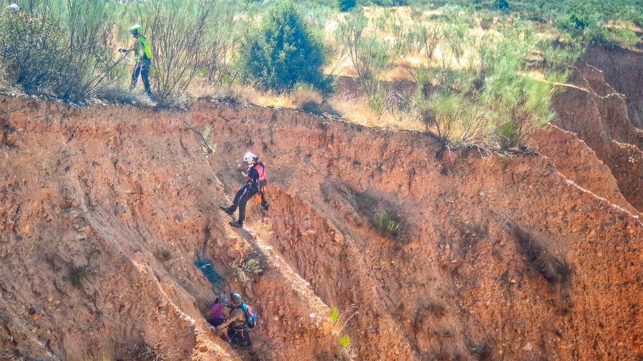 Bomberos del GERA rescatan a un padre y su hija de 8 años en Las Cárcavas de Patones