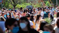La Comunidad pide disculpas y la oposición critica el caos de los test a profesores