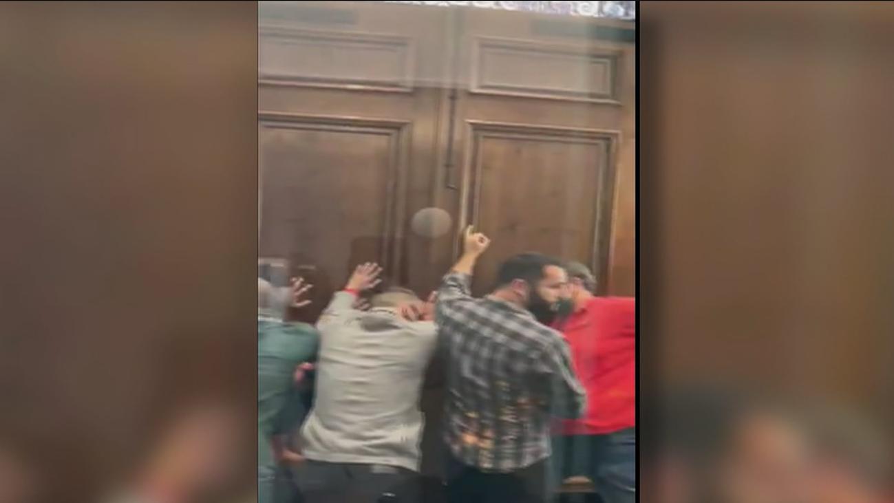 Diputados de Vox se refugian en un hotel del Raval de Barcelona increpados por extremistas