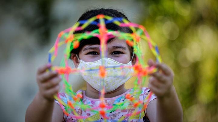 Los niños pueden tener anticuerpos de la covid-19 y el virus a la vez