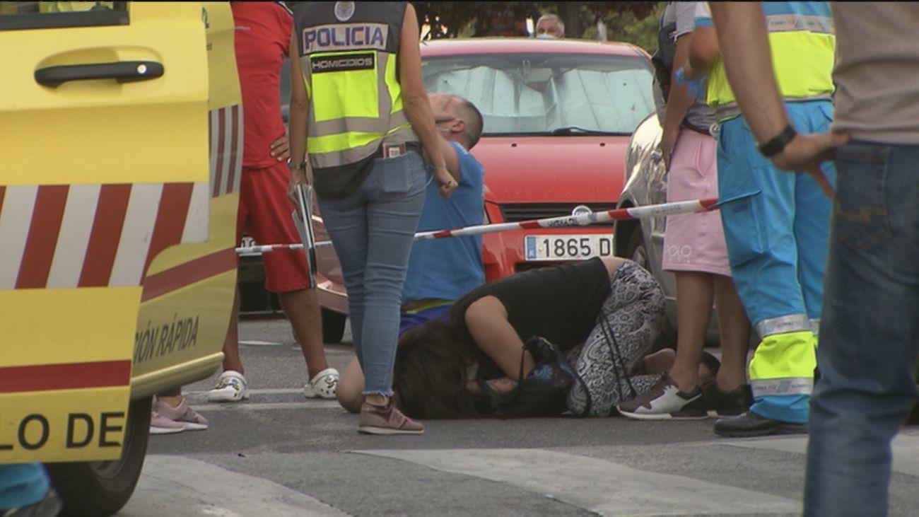 Los padres lloran tras conocer la muerte de su hijo apuñado en Getafe