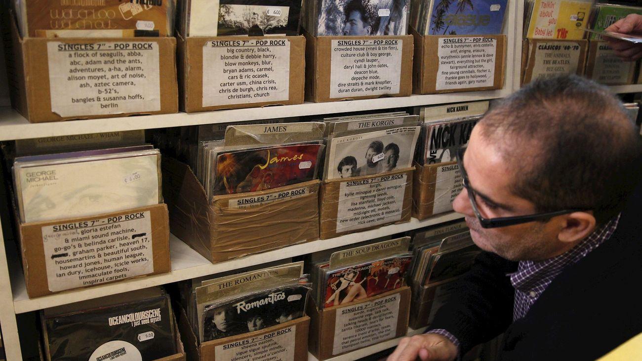 Un hombre busca un disco en una tienda