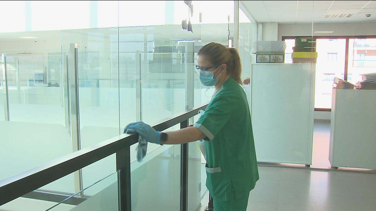 El personal de limpieza en los colegios, en primera línea de fuego en la lucha contra el coronavirus