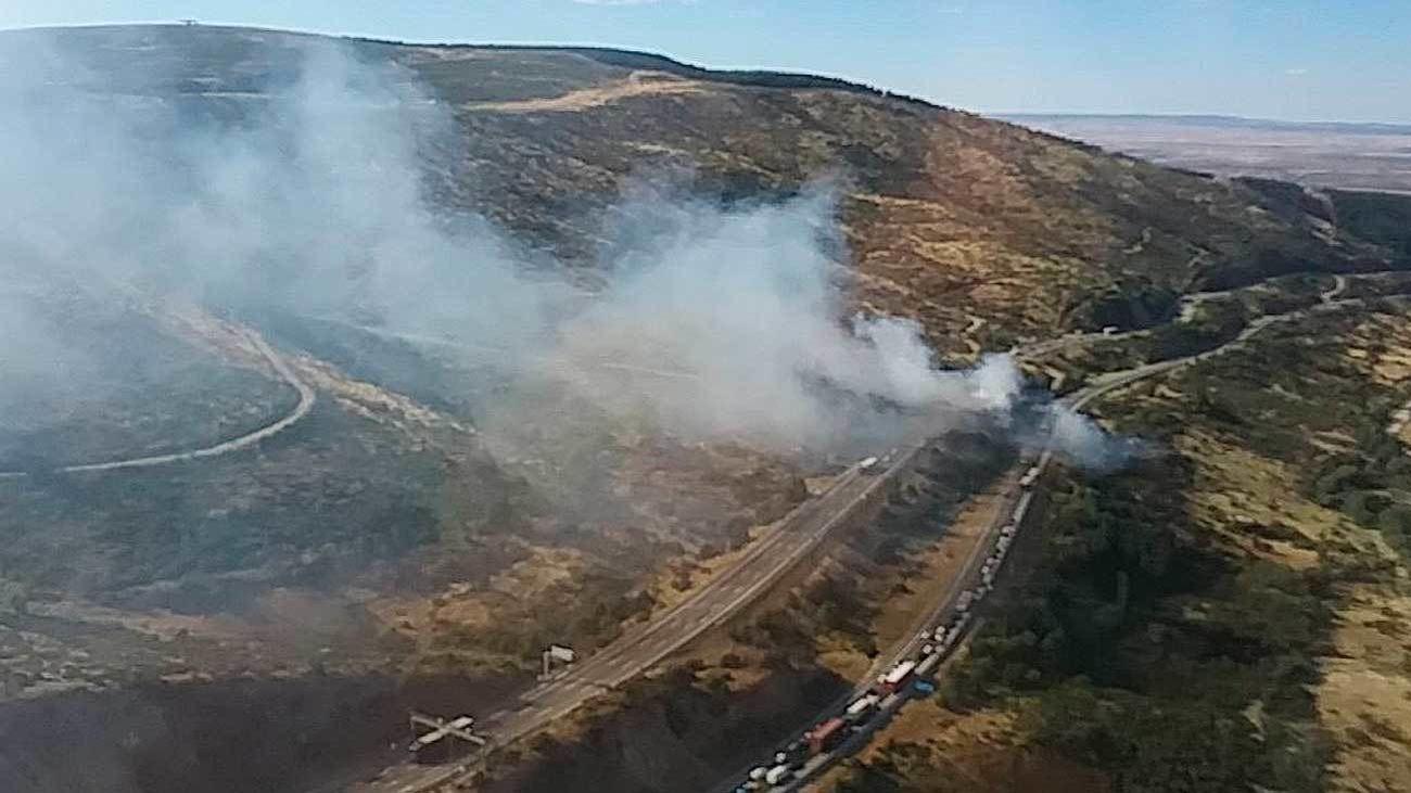 Los bomberos controlan un incendio en la A-1 en Somosierra