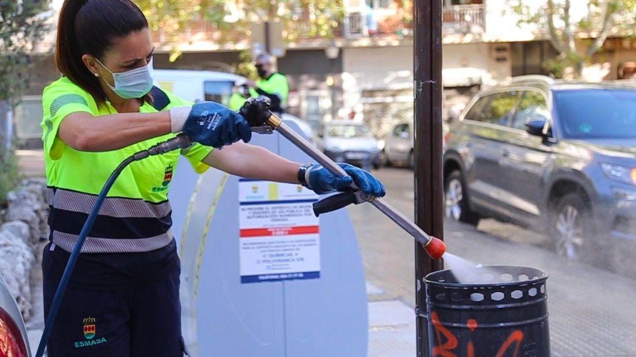 Limpieza de una papelera en Alcorcón