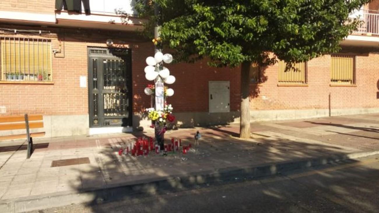 La calle Ferrocarril a la altura del nº 14, acoge este altar donde fue apuñalado el fallecido