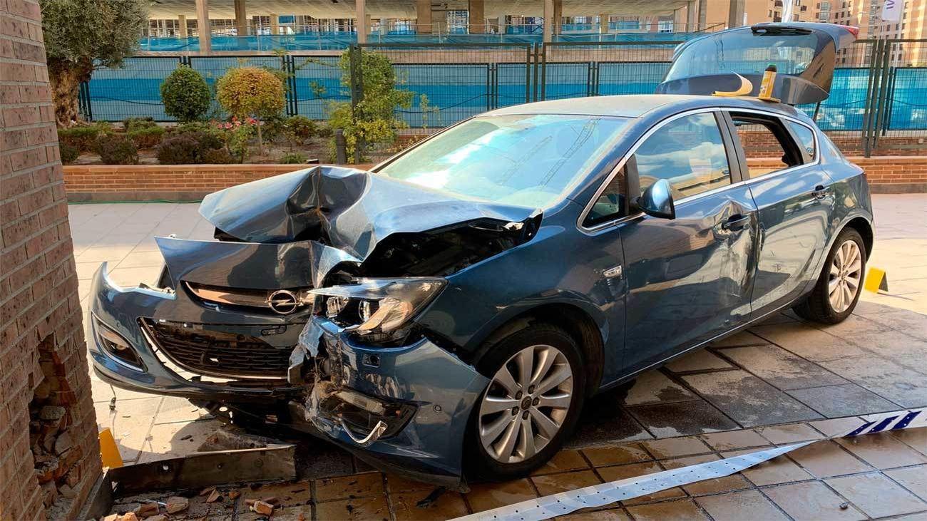 Dos heridas al impactar su coche contra unos soportales en Sanchinarro