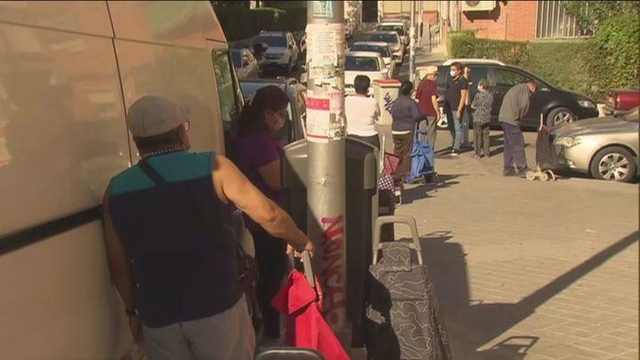 La Asociación 'Vecinos de Puerto Chico' (Aluche) reparte paquetes de alimentos a unas 120 familias vulnerables
