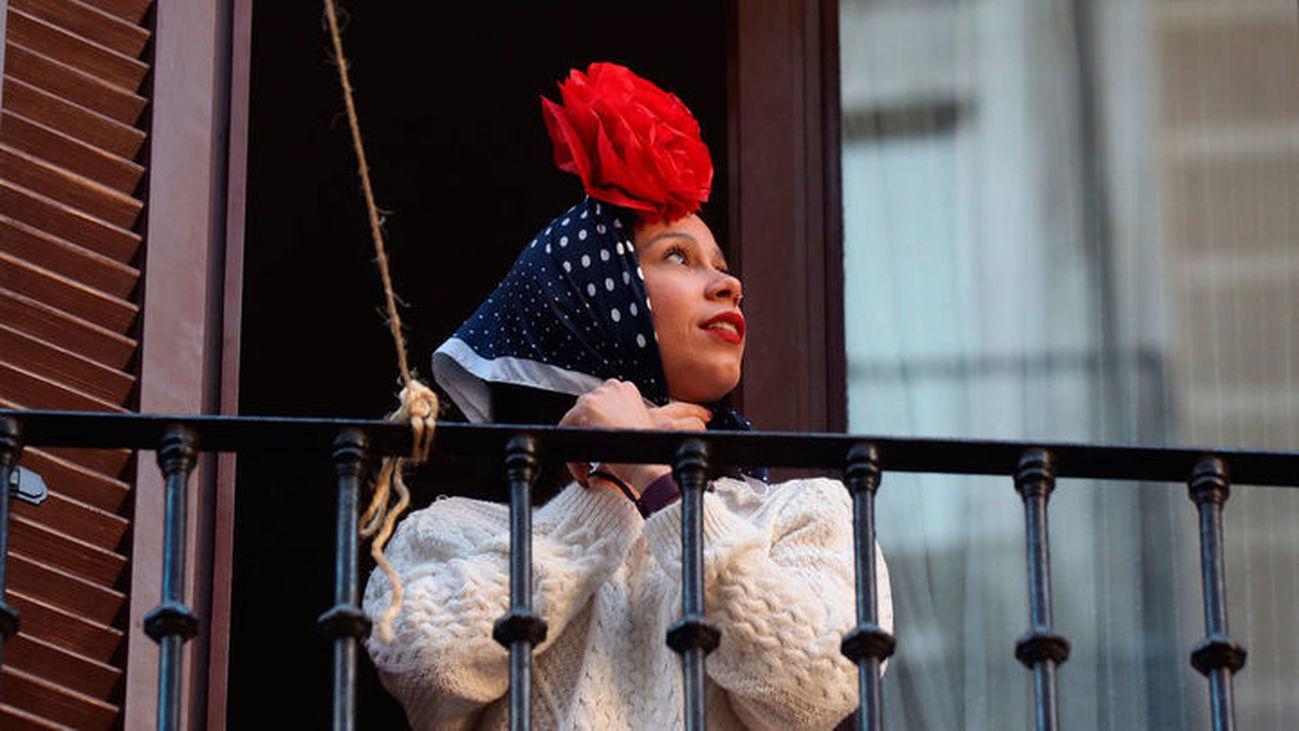 Una vecina se viste de chulapa en el balcón