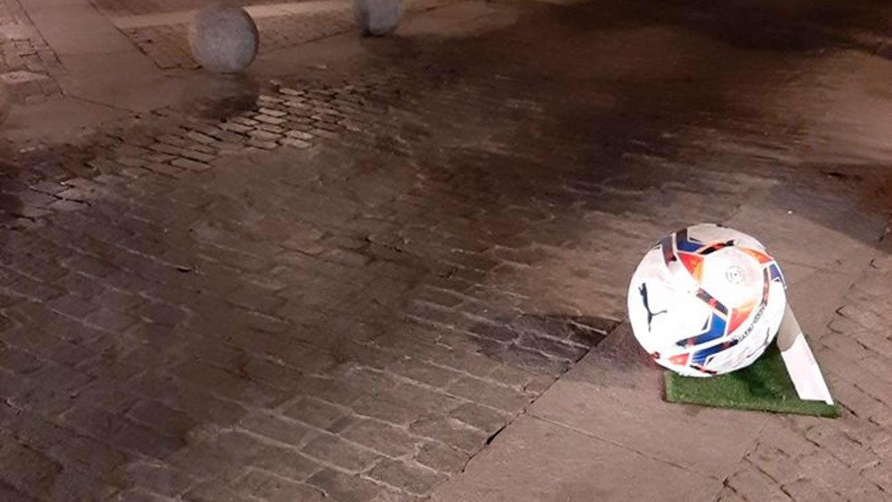 Bolardo pintado como un balón  de fútbol en el centro de Madrid