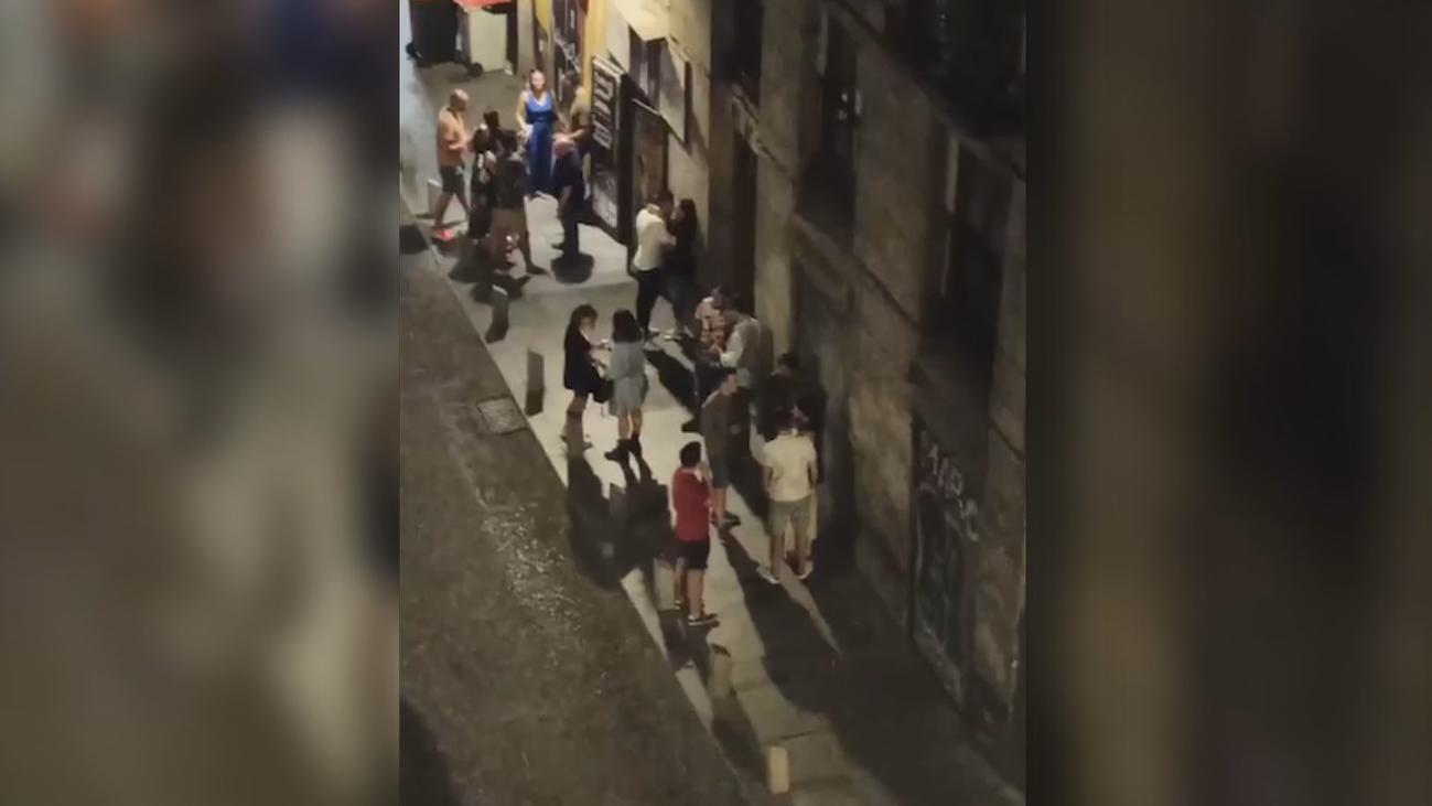 Vecinos de la Cava Baja denuncian las aglomeraciones de gente en la calle tras el cierre de los bares
