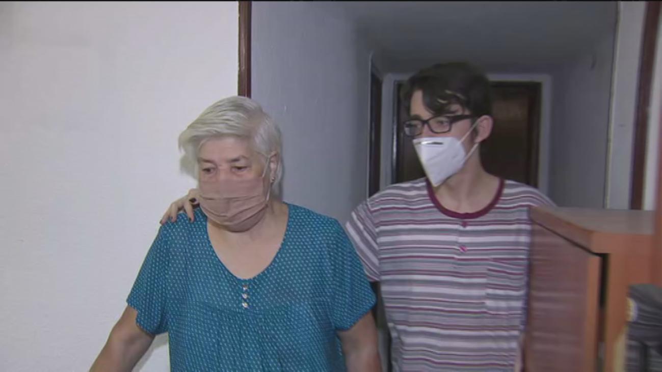 Una anciana pide ayuda con carteles en Carabanchel para que no la echen de su casa
